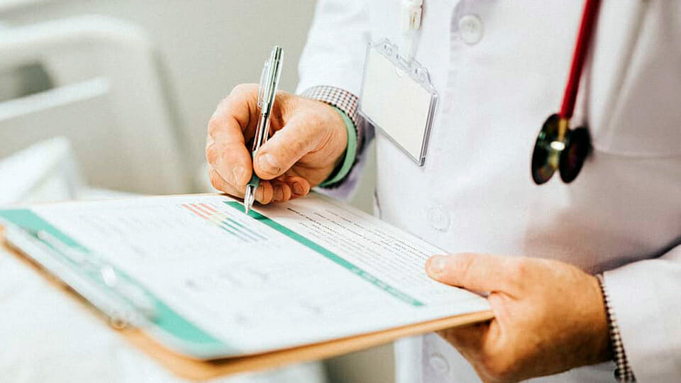 Doctor claims HSE ignoring alleged death of Irish healthcare worker from Covid-19
